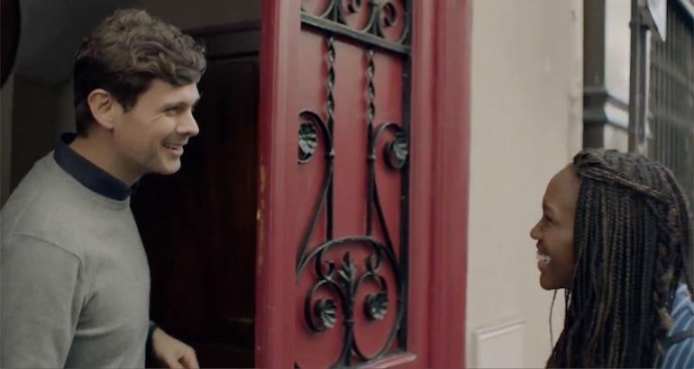 Arnaud Montebourg fait visiter son appartement à une femme noire.