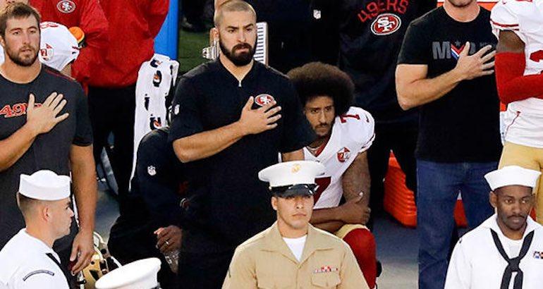 Un footballeur américain boycotte l'hymne des USA.