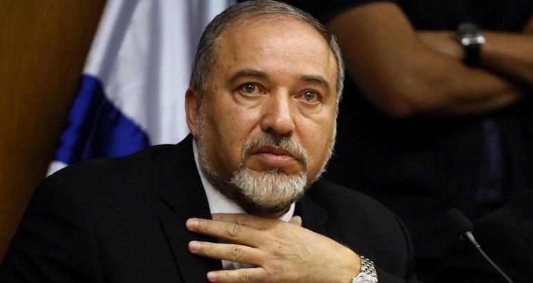 """Le ministre israélien de la défense, Avigdor Lieberman, accuse la France d'organiser un """"nouveau procès Dreyfus""""."""