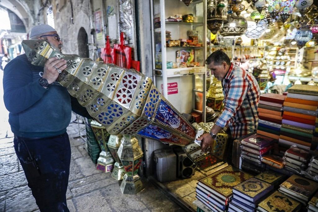, Dans la Vieille ville de Jérusalem, un fabricant de lanternes illumine le ramadan