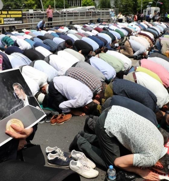 , Des milliers de personnes à une prière à la mémoire de Morsi à Istanbul