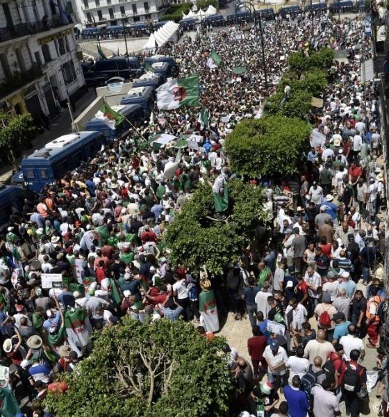 , Après avoir célébré leur équipe de foot, les Algériens de retour dans la rue