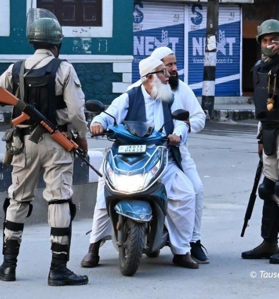 , Des centaines de manifestants ont affronté la police au Cachemire